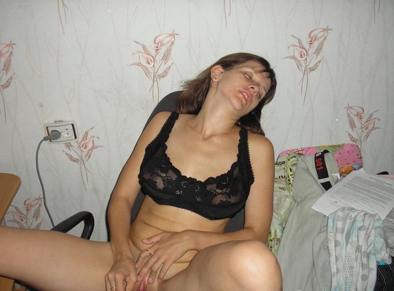 Задорная брюнетка гоняет киску секс игрушкой 11 фото