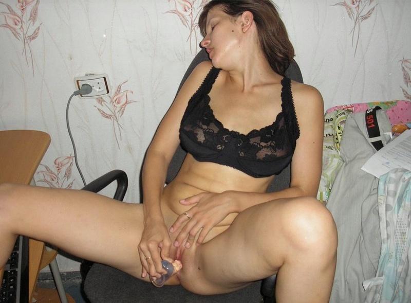 Задорная брюнетка гоняет киску секс игрушкой 12 фото