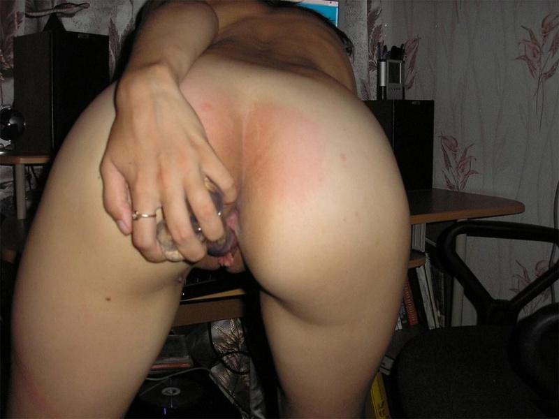 Задорная брюнетка гоняет киску секс игрушкой 14 фото