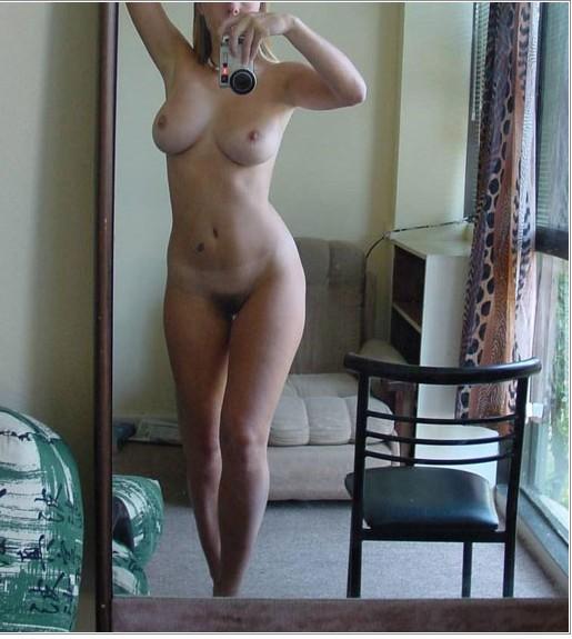 Пошлые селфи голых девок перед зеркалом 7 фото