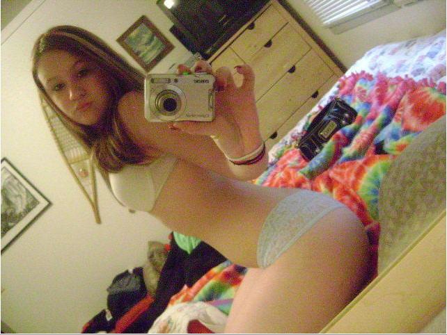 Пошлые селфи голых девок перед зеркалом 16 фото