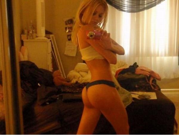 Пошлые селфи голых девок перед зеркалом 14 фото