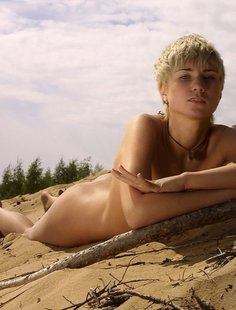 Коротко стриженная блондинка загорает голышом на пляже