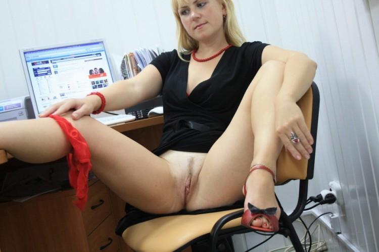 На работе раздвинула ноги показав себя голой 3 фото