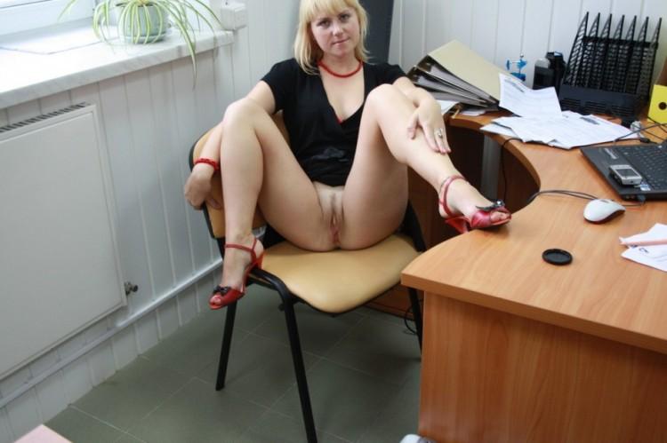 На работе раздвинула ноги показав себя голой 9 фото