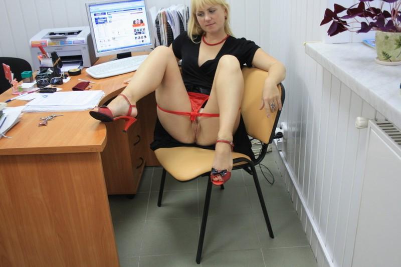 На работе раздвинула ноги показав себя голой 15 фото
