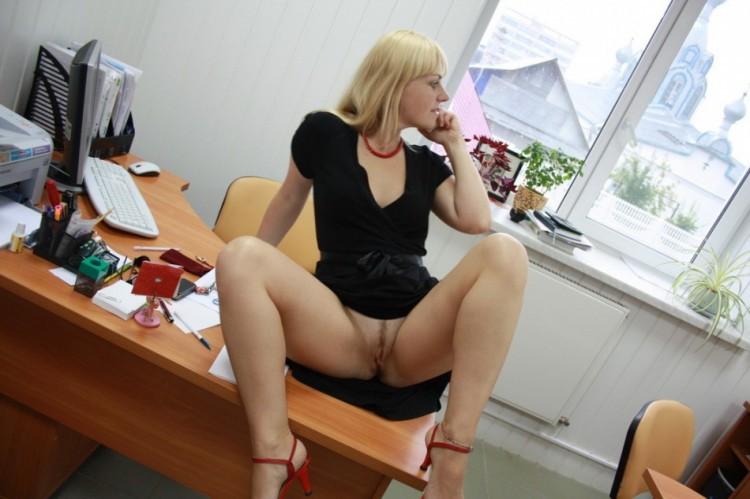На работе раздвинула ноги показав себя голой 2 фото