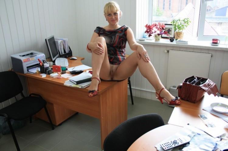 На работе раздвинула ноги показав себя голой 6 фото