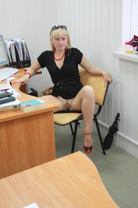 На работе раздвинула ноги показав себя голой 12 фото