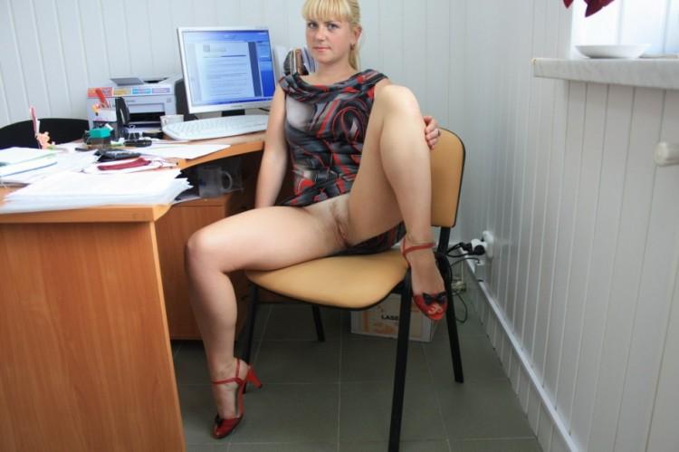 На работе раздвинула ноги показав себя голой 5 фото
