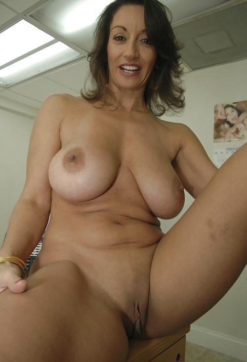 Сексуальные персоны показывают свои большие сиськи 9 фото