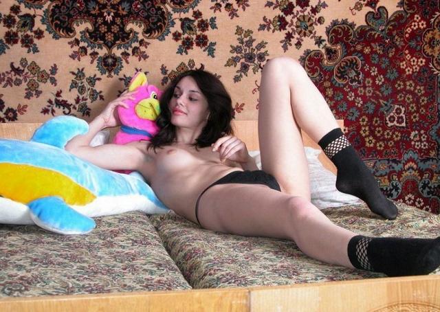 Молодая брюнетка разделась на диване и теребит клитор 9 фото