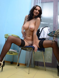 Медсестра обнажает скрытые части тела