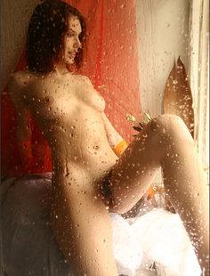 Влажная девушка с волосатой киской