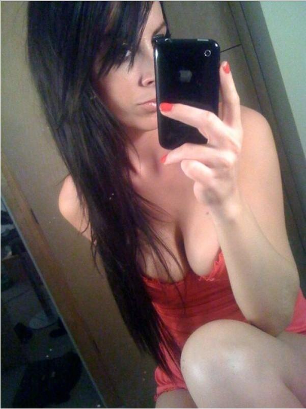 Развратные девки обнажились в ванне перед зеркалом 15 фото