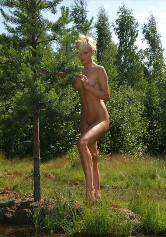 Эротические снимки потрясающей блондинки в озере