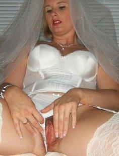 Невеста сосет член и дрочит клитор игрушкой