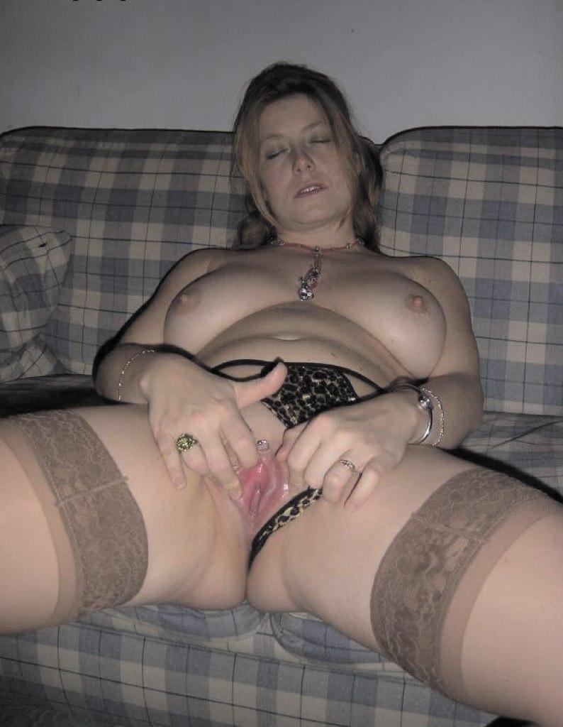 Озорницы раздвинули половые губки и сверкают вагиной 14 фото