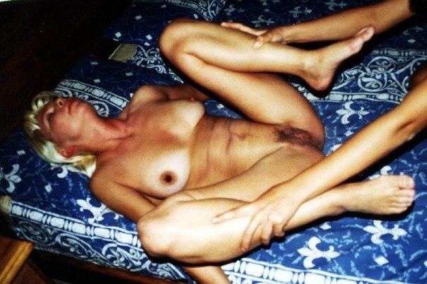 Мокрощелки сверкают на кровати сиськами и письками 24 фото