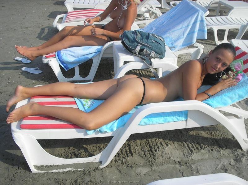 Две подруги отдыхают на море 5 фото