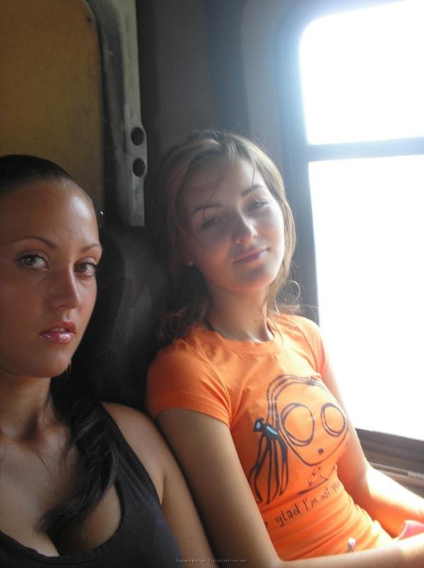 Две подруги отдыхают на море 3 фото