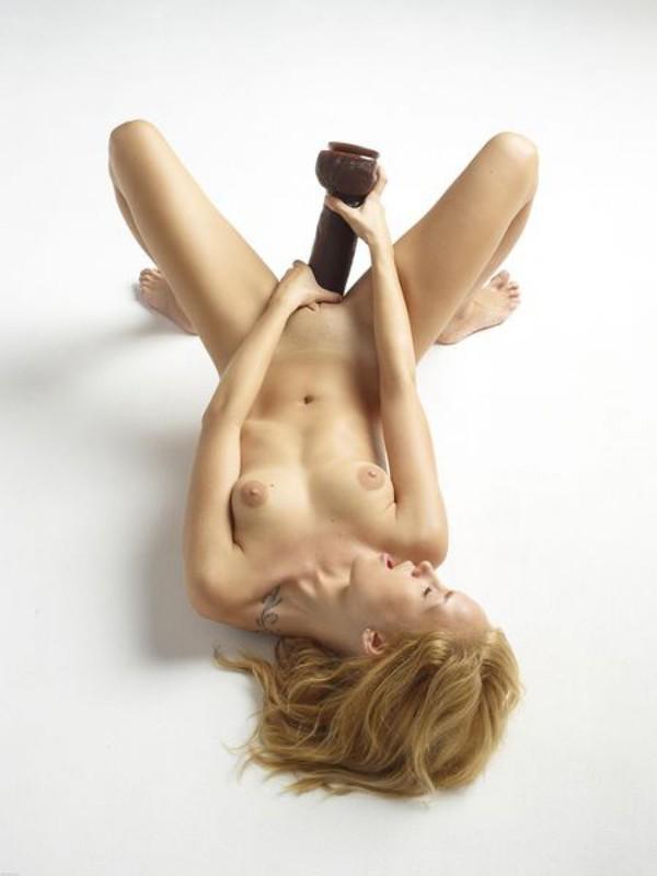 Голая блондинка боится засунуть в письку огромный дилдо 8 фото