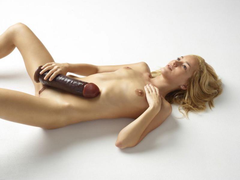 Голая блондинка боится засунуть в письку огромный дилдо 12 фото