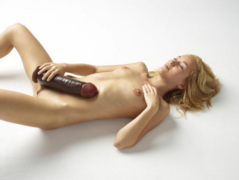 Голая блондинка боится засунуть в письку огромный дилдо 13 фото