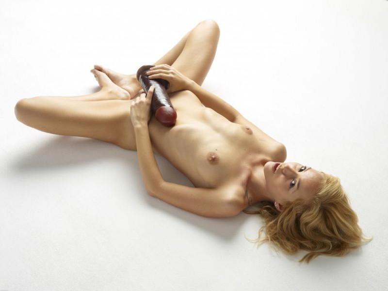 Голая блондинка боится засунуть в письку огромный дилдо 5 фото
