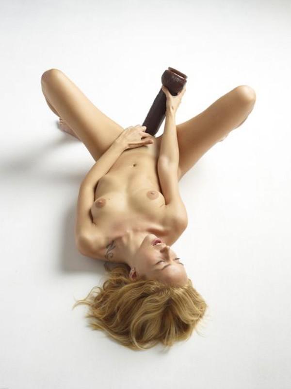 Голая блондинка боится засунуть в письку огромный дилдо 11 фото