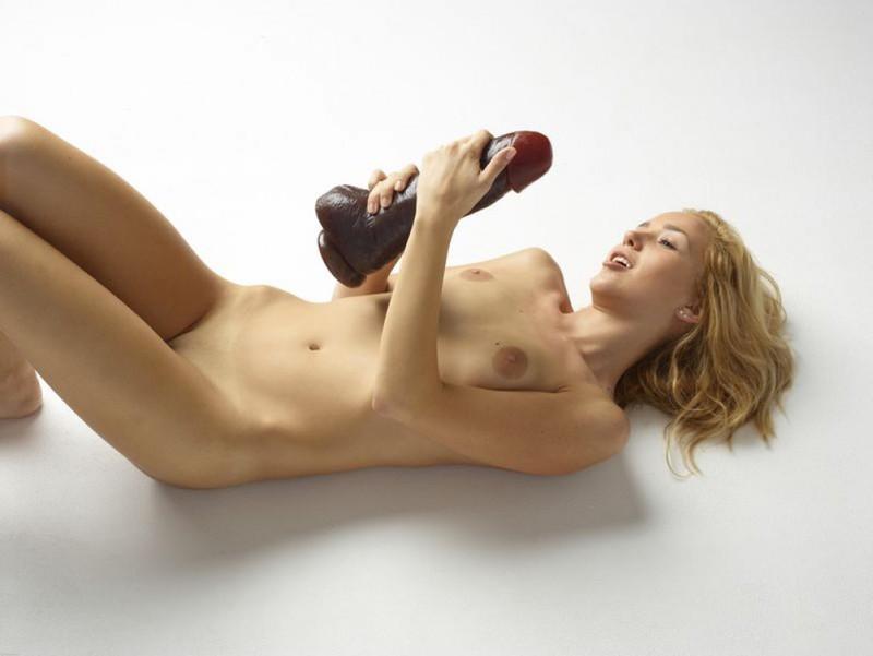Голая блондинка боится засунуть в письку огромный дилдо 17 фото