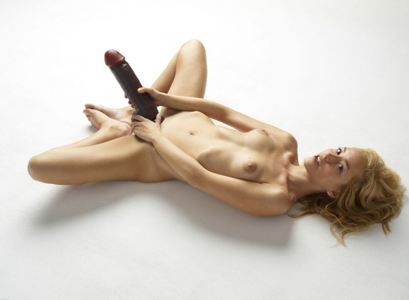 Голая блондинка боится засунуть в письку огромный дилдо 22 фото