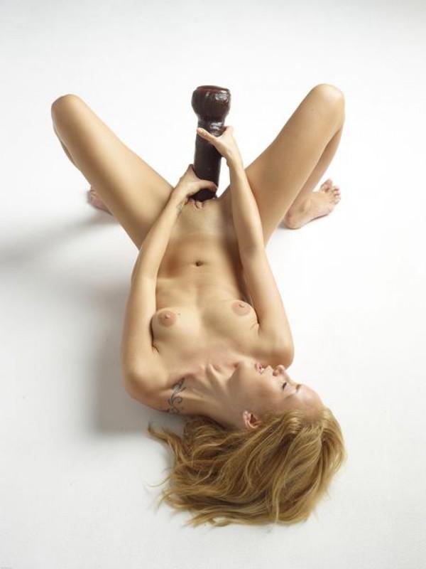 Голая блондинка боится засунуть в письку огромный дилдо 18 фото