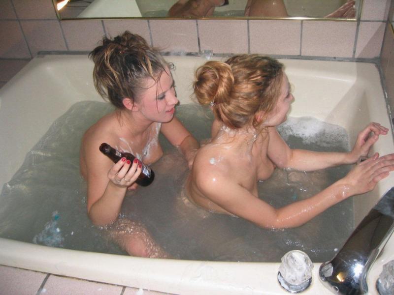 Две девушки принимают ванну на съемной квартире 2 фото