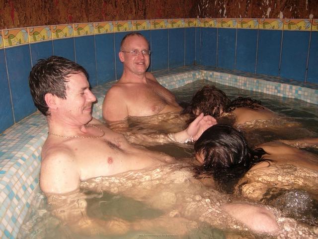Пьяная оргия в джакузи с русскими давалками 1 фото
