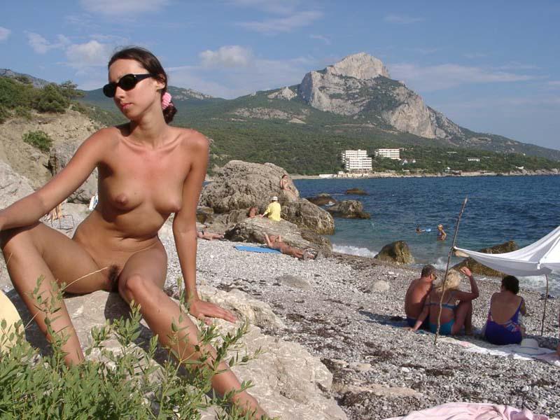 Худая туристка с интимной стрижкой загорает на нудистском пляже 13 фото