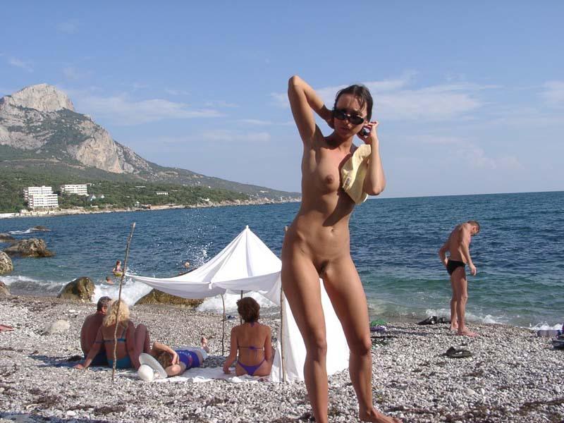 Худая туристка с интимной стрижкой загорает на нудистском пляже 9 фото