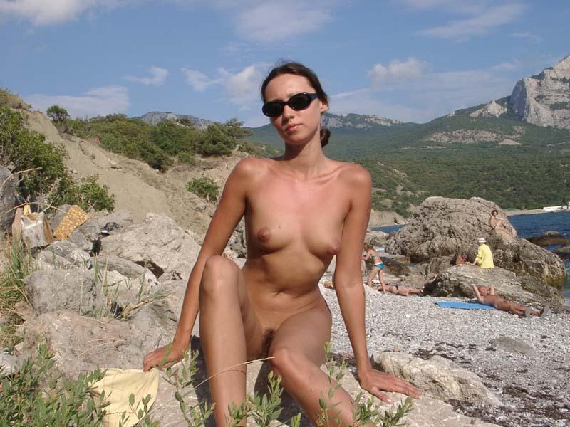 Худая туристка с интимной стрижкой загорает на нудистском пляже 15 фото