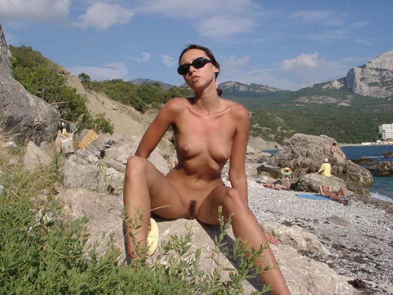 Худая туристка с интимной стрижкой загорает на нудистском пляже 12 фото