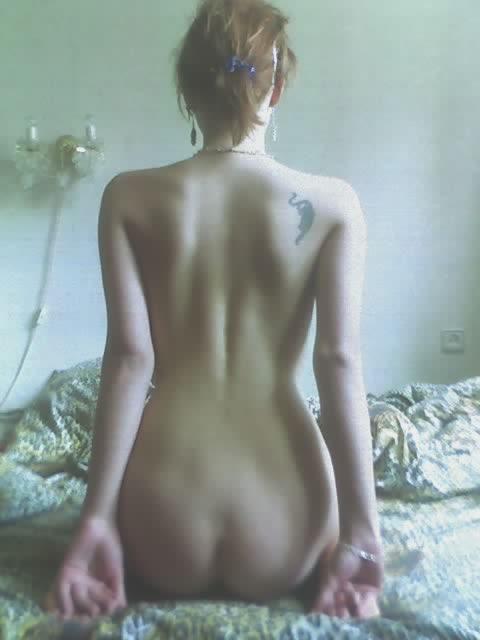 Восемнадцатилетняя россиянка позирует топлес на природе и голышом дома 14 фото