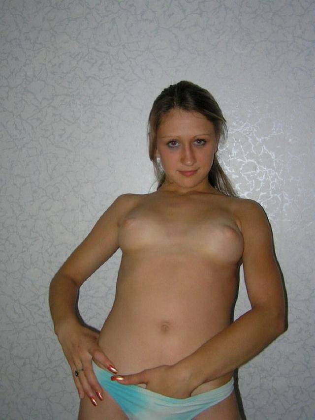 Обнаженная сучка кружится и вертится на камеру в общаге 3 фото