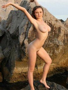 Сисястая девочка разделась на пляже