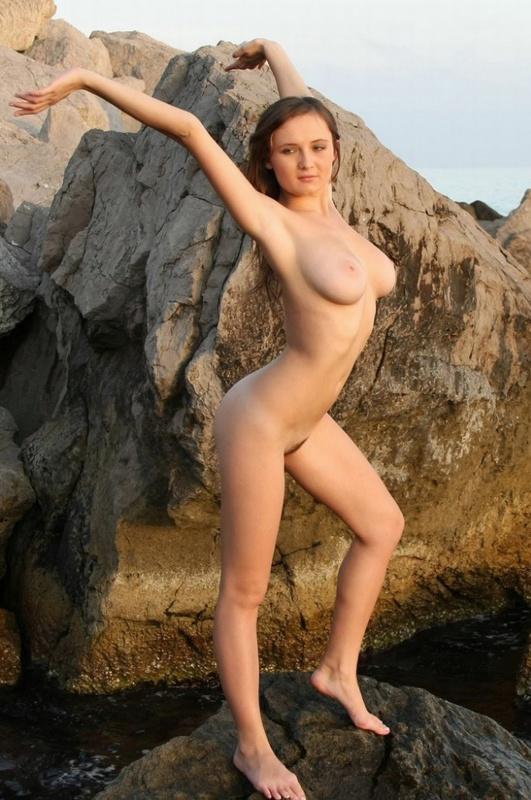 Сисястая девочка разделась на пляже 14 фото