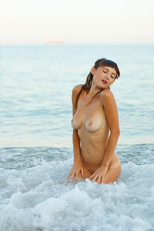 Сисястая девочка разделась на пляже 18 фото