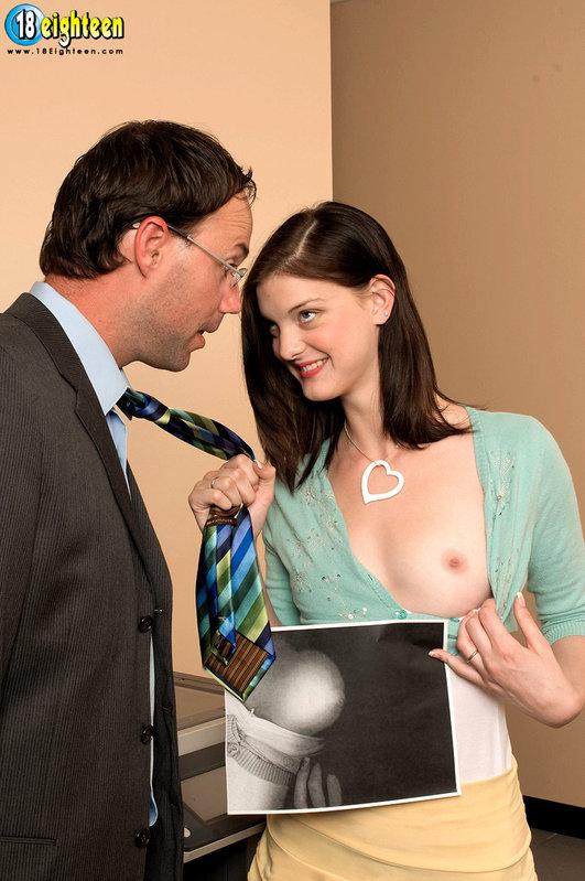 Развратная секретарша дождалась босса и получила трах 1 фото