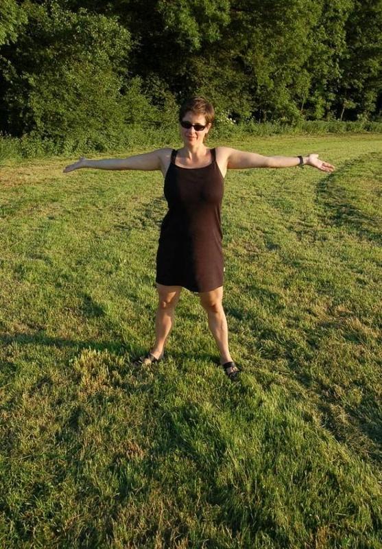 Зрелая пышка из села вышла в поле проветрить огромные дойки 2 фото
