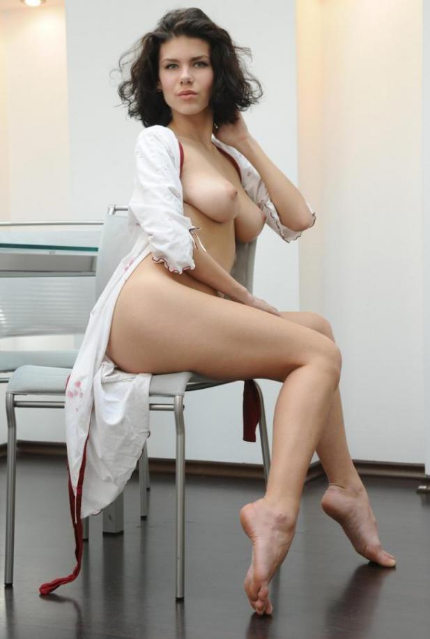 Брюнетка в легком халатике оголила грудь и киску на стеклянном столе 6 фото
