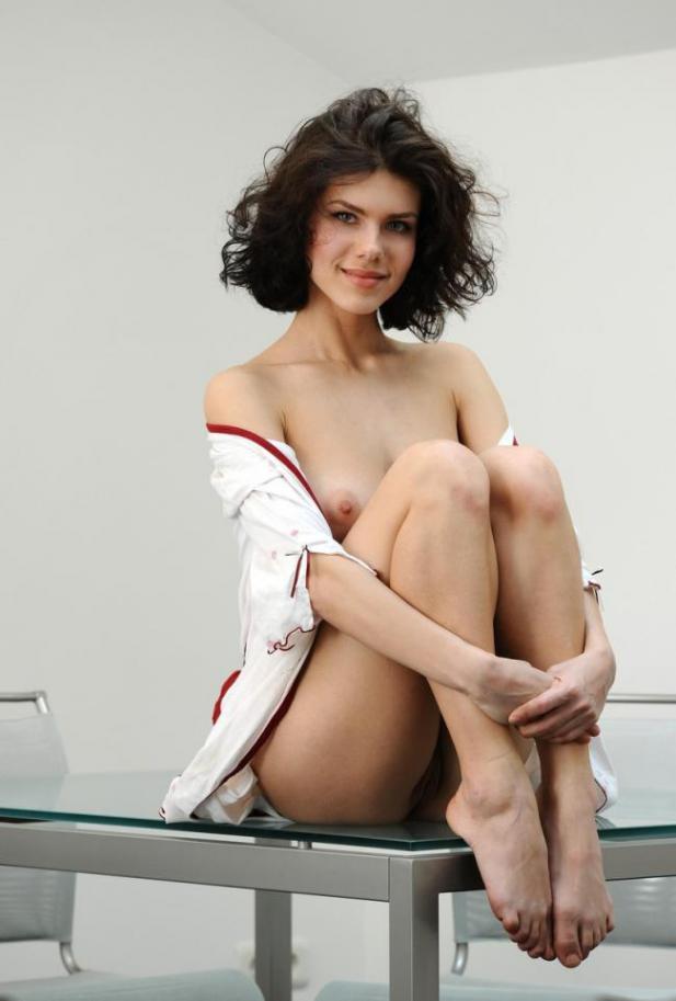 Брюнетка в легком халатике оголила грудь и киску на стеклянном столе 11 фото