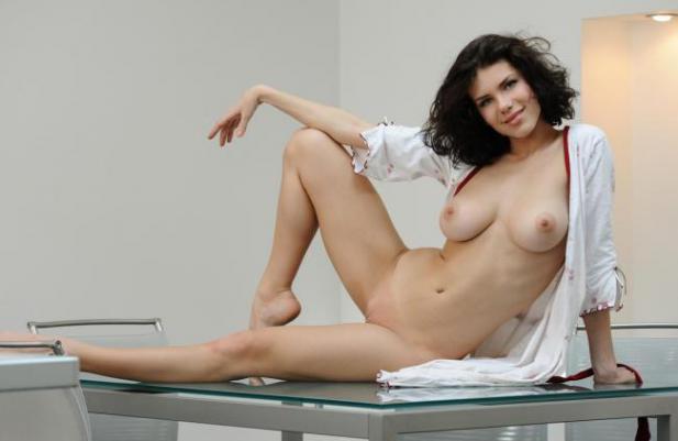 Брюнетка в легком халатике оголила грудь и киску на стеклянном столе 9 фото