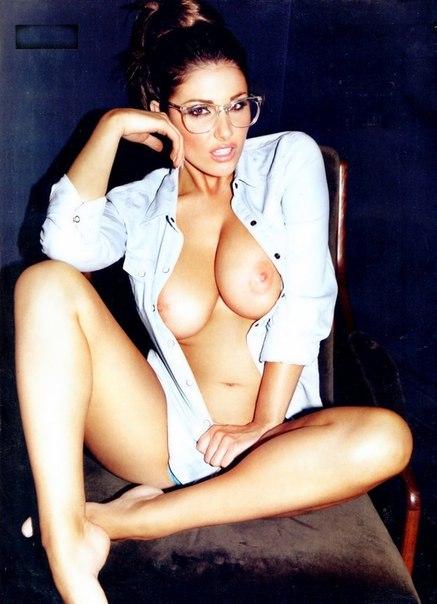 Красотки с большой грудью позируют перед камерой 9 фото